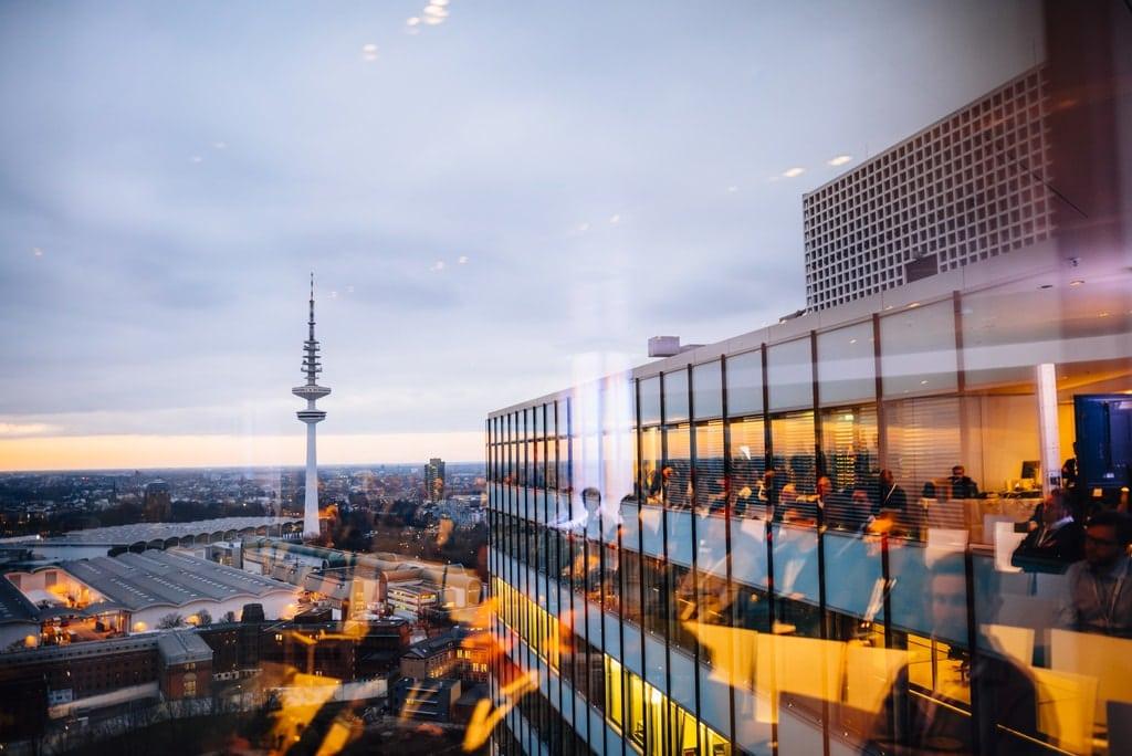 Über den Dächern von Hamburg im Emporio - der DCD bietet neben spannenden Einblicken auch hervorragende Ausblicke über Hamburg (Foto: DCD)