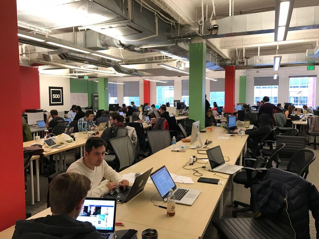 Von Startup-Romantik keine Spur. 500 Leute in einem Raum bei 500 Startups. Wo sind die Post Its? (Quelle: privat)