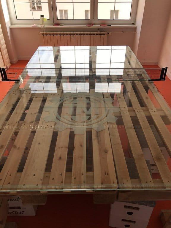 Lässt Corporate-Startup-Loftbesitzer vor Neid erblassen: Tischtennis aus Glas und Europaletten (Quelle: Privat).