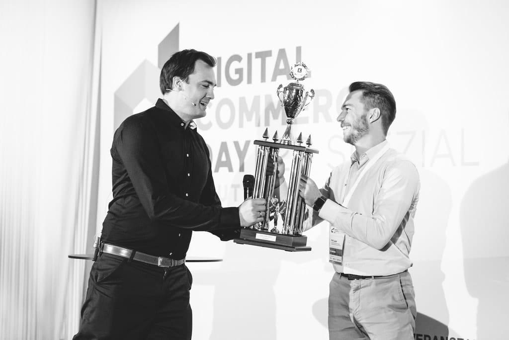 """Phil Layer, Key Account Manager E-Commerce bei Bosch nahm den Preis mit """"über die Straße"""" ins Bosch Power Tools Headquarter. (Foto: Phillip Eggers)"""