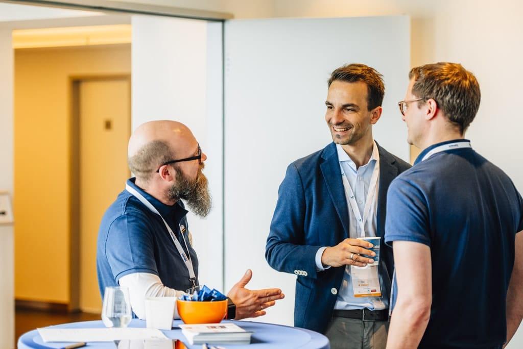 Networking auf hohem Niveau - beim DCD garantiert. Hier z.B. Adrian Hotz im Gespräch mit Idealo (Foto: DCD)
