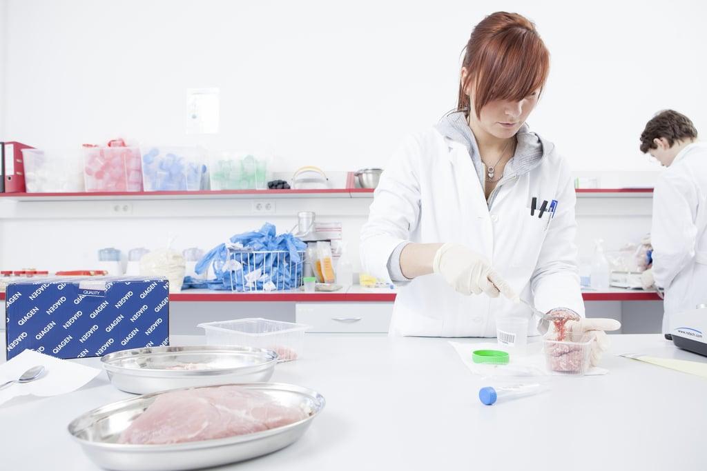 Qiagen-Produkte im Einsatz, hier z.B. in einem Lebensmittellabor (Quelle: Flickr, Qiagen PR)